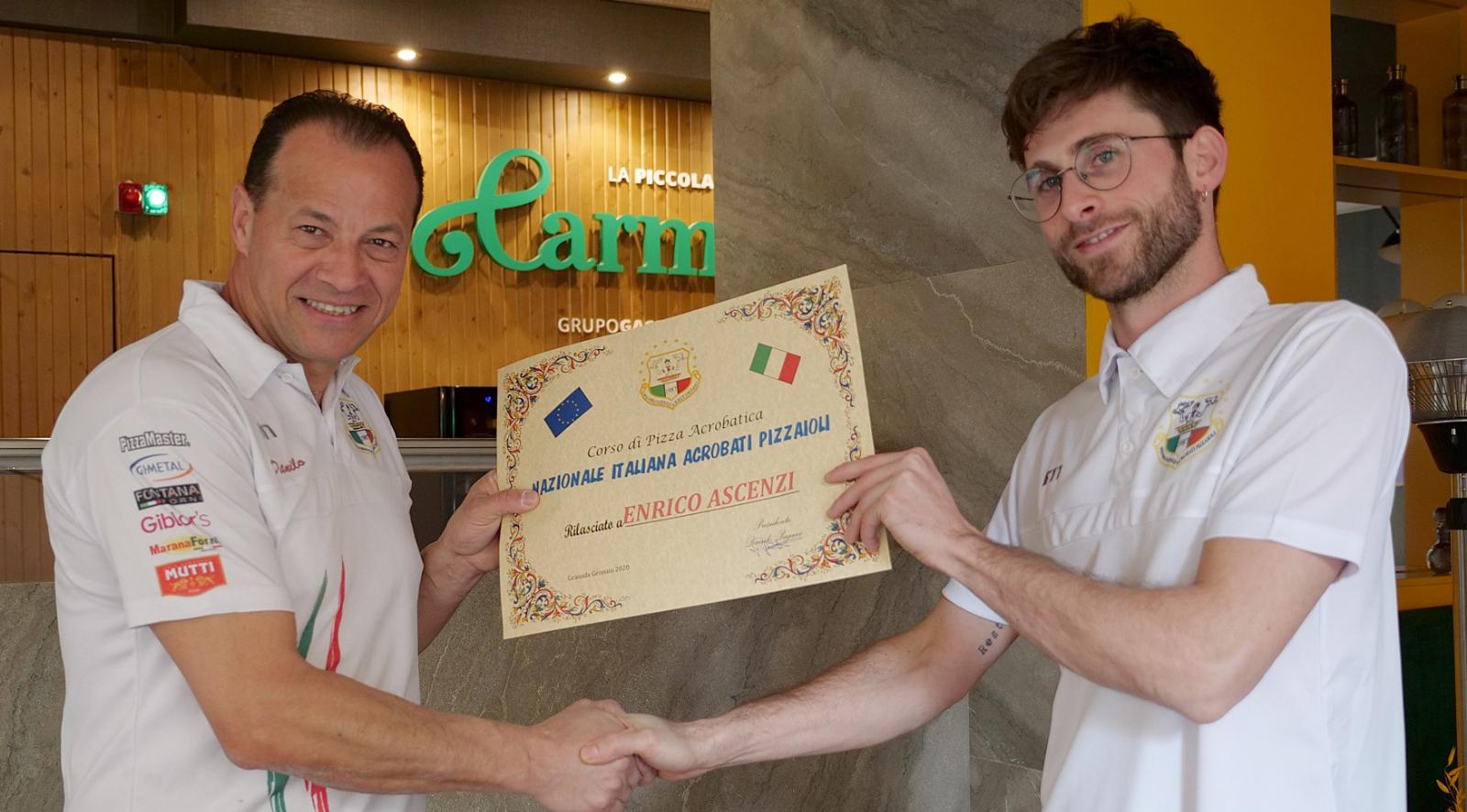 Danielo Pagano entrega el diploma a Enrico Ascenzi