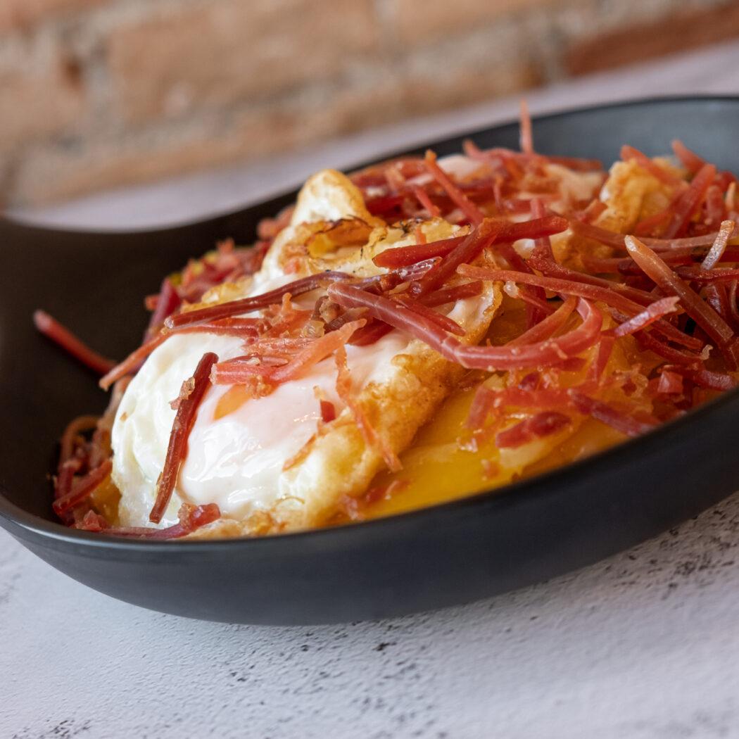 Huevos fritos con Jamón y 'papas a lo pobre'.